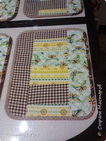 А это в подарок на день рождения свекрови сшила такой кухонный набор. Сначала в мечтах была скатерть на ее новый стол. Но стол такой красивый! К тому же стеклянный, так что жаль закрывать. А подставки под горячее нужны. Вот они! фото 2
