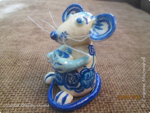 Здравствуйте!вот поступил такой заказ - мышка в стиле, так сказать, гжель. заказчику еще не показывала,я думаю понравится.  я старалась))) хоть мне многое в ней не устраивает,но лучше не смогу расписать. фото 2