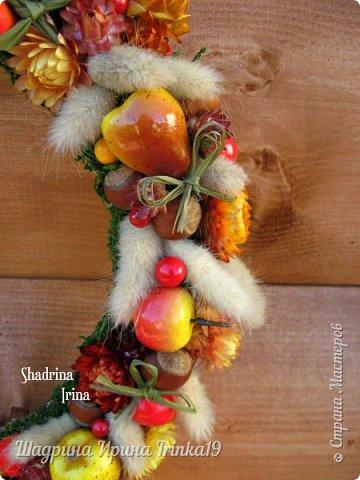 """Здравствуйте, дорогие, любимые, друзья!!! Сегодня вам покажу веночек на дверь, который назвала """"Осенние краски""""! Я не очень люблю осень, но именно ранней осенью сады окрашиваются в такие сочные яркие оттенки, которые как раз мне и нравятся:-) Свой веночек сделала в смешанной технике, т.к декорировала его и натуральными материалами и искусственными! В нём присутствуют:груши, яблочки разных размеров, ягодки,лесной орех настоящий, сухоцветы: лагурус и бессмертник. Немного декорировала веночек бантиками из джутовой веревки и лыка:-) Так что без натуральных материалов я никуда))) фото 5"""