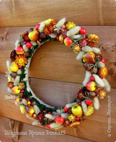 """Здравствуйте, дорогие, любимые, друзья!!! Сегодня вам покажу веночек на дверь, который назвала """"Осенние краски""""! Я не очень люблю осень, но именно ранней осенью сады окрашиваются в такие сочные яркие оттенки, которые как раз мне и нравятся:-) Свой веночек сделала в смешанной технике, т.к декорировала его и натуральными материалами и искусственными! В нём присутствуют:груши, яблочки разных размеров, ягодки,лесной орех настоящий, сухоцветы: лагурус и бессмертник. Немного декорировала веночек бантиками из джутовой веревки и лыка:-) Так что без натуральных материалов я никуда))) фото 1"""