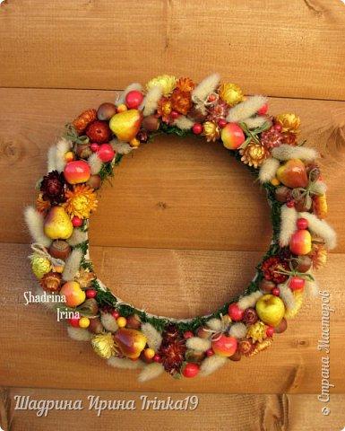 """Здравствуйте, дорогие, любимые, друзья!!! Сегодня вам покажу веночек на дверь, который назвала """"Осенние краски""""! Я не очень люблю осень, но именно ранней осенью сады окрашиваются в такие сочные яркие оттенки, которые как раз мне и нравятся:-) Свой веночек сделала в смешанной технике, т.к декорировала его и натуральными материалами и искусственными! В нём присутствуют:груши, яблочки разных размеров, ягодки,лесной орех настоящий, сухоцветы: лагурус и бессмертник. Немного декорировала веночек бантиками из джутовой веревки и лыка:-) Так что без натуральных материалов я никуда))) фото 3"""