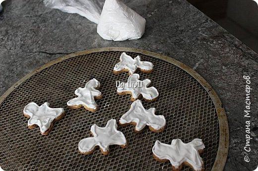 Привет страна! Я к Вам с новогодним или же с рождественским печеньем. Успела для фотосессии выхватить десяток) Мои половину съели еще без глузури:) Ну, что, готовы записывать рецепт?  фото 5