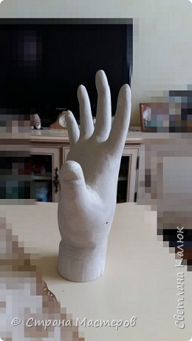 Сделала маленький подарок ко дню рождения подруги. Рука сделана из гипса. Использовала резиновую перчатку. Но так как первый раз делала, не подумала. что перчатка тонкая. В итоге высохло что-то невероятно толстое, круглое и большое. Пришлось много стачивать, срезать, зачищать, что бы получилась более менее нормальная ладошка, и пальчики подходили под разные колечки от 17-го размера. Ведь задумывала подставку под украшения. фото 3