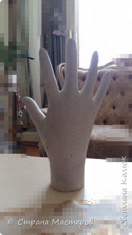 Сделала маленький подарок ко дню рождения подруги. Рука сделана из гипса. Использовала резиновую перчатку. Но так как первый раз делала, не подумала. что перчатка тонкая. В итоге высохло что-то невероятно толстое, круглое и большое. Пришлось много стачивать, срезать, зачищать, что бы получилась более менее нормальная ладошка, и пальчики подходили под разные колечки от 17-го размера. Ведь задумывала подставку под украшения. фото 2