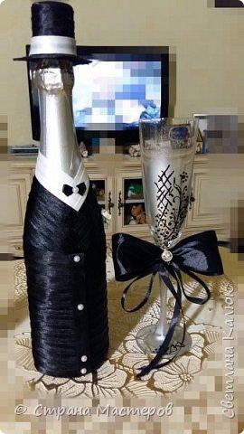 Здравствуйте. По просьбе сына подготовила ему на свадьбу набор: книгу пожеланий, бутылочную пару и фужеры для жениха и невесты. Делала под вкус детей. Им очень понравился набор. Поэтому решилась выставить его на общее обозрение. Может кому-то пригодятся идеи, и кто-то возьмет себе на заметку. Я буду этому очень рада. фото 17