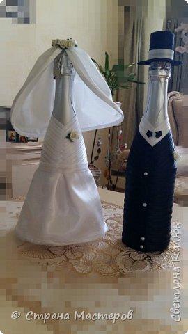Здравствуйте. По просьбе сына подготовила ему на свадьбу набор: книгу пожеланий, бутылочную пару и фужеры для жениха и невесты. Делала под вкус детей. Им очень понравился набор. Поэтому решилась выставить его на общее обозрение. Может кому-то пригодятся идеи, и кто-то возьмет себе на заметку. Я буду этому очень рада. фото 14