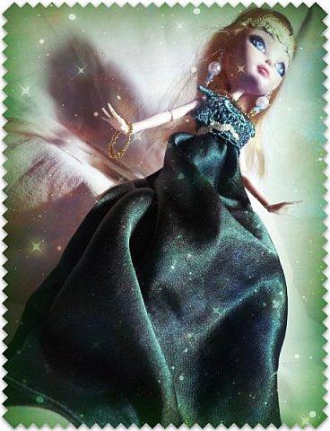 """Всем-всем-всем """"Бон суар""""! То есть, добрый вечер))))))))  В данном блоге у меня работа на конкурс от  Alyona The Monster """"Мисс Кукольная Жизнь"""" (http://stranamasterov.ru/node/1046432).    В условиях конкурса была сказано, что для первого этапа нужно сшить наряд, который, по мнению участника, хорошо смотрится на кукле. И я сшила для Аниты (да-да, я снова её переименовала, а анкету и биографию выложу в конце блога, за что организатор конкурса, надеюсь, на меня не рассердится) длинное вечернее платье из зеленого атласа (основной материал, остальное: тесьма и пр.) фото 3"""