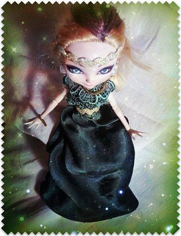 """Всем-всем-всем """"Бон суар""""! То есть, добрый вечер))))))))  В данном блоге у меня работа на конкурс от  Alyona The Monster """"Мисс Кукольная Жизнь"""" (http://stranamasterov.ru/node/1046432).    В условиях конкурса была сказано, что для первого этапа нужно сшить наряд, который, по мнению участника, хорошо смотрится на кукле. И я сшила для Аниты (да-да, я снова её переименовала, а анкету и биографию выложу в конце блога, за что организатор конкурса, надеюсь, на меня не рассердится) длинное вечернее платье из зеленого атласа (основной материал, остальное: тесьма и пр.) фото 2"""