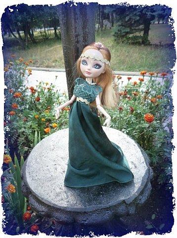 """Всем-всем-всем """"Бон суар""""! То есть, добрый вечер))))))))  В данном блоге у меня работа на конкурс от  Alyona The Monster """"Мисс Кукольная Жизнь"""" (http://stranamasterov.ru/node/1046432).    В условиях конкурса была сказано, что для первого этапа нужно сшить наряд, который, по мнению участника, хорошо смотрится на кукле. И я сшила для Аниты (да-да, я снова её переименовала, а анкету и биографию выложу в конце блога, за что организатор конкурса, надеюсь, на меня не рассердится) длинное вечернее платье из зеленого атласа (основной материал, остальное: тесьма и пр.) фото 8"""