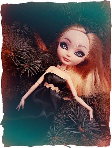 """Всем-всем-всем """"Бон суар""""! То есть, добрый вечер))))))))  В данном блоге у меня работа на конкурс от  Alyona The Monster """"Мисс Кукольная Жизнь"""" (http://stranamasterov.ru/node/1046432).    В условиях конкурса была сказано, что для первого этапа нужно сшить наряд, который, по мнению участника, хорошо смотрится на кукле. И я сшила для Аниты (да-да, я снова её переименовала, а анкету и биографию выложу в конце блога, за что организатор конкурса, надеюсь, на меня не рассердится) длинное вечернее платье из зеленого атласа (основной материал, остальное: тесьма и пр.) фото 11"""