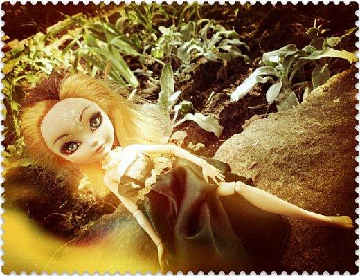 """Всем-всем-всем """"Бон суар""""! То есть, добрый вечер))))))))  В данном блоге у меня работа на конкурс от  Alyona The Monster """"Мисс Кукольная Жизнь"""" (http://stranamasterov.ru/node/1046432).    В условиях конкурса была сказано, что для первого этапа нужно сшить наряд, который, по мнению участника, хорошо смотрится на кукле. И я сшила для Аниты (да-да, я снова её переименовала, а анкету и биографию выложу в конце блога, за что организатор конкурса, надеюсь, на меня не рассердится) длинное вечернее платье из зеленого атласа (основной материал, остальное: тесьма и пр.) фото 15"""