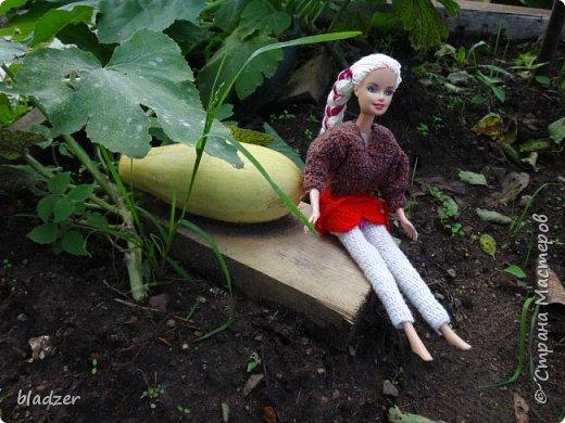 """Летом, как всегда, ездила в родной город к маме. Выяснилось, что они перебирали с сестренкой старые вещи, и нашли много кукольной одежды. Некоторые вещички я вязала еще в школе. Забирать их не стала, конечно, тем более что они нашли своих кукол, но отфотографировала) Это кукла Таня, ее """"нашли в капусте"""" - лялька лялькой. Кукла очень старая, подарена еще моей маме. А платье  наоборот, самое новое в этой группе, я его вязала в старших классах, из остатков розовых ниток. фото 3"""