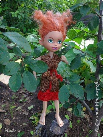 """Летом, как всегда, ездила в родной город к маме. Выяснилось, что они перебирали с сестренкой старые вещи, и нашли много кукольной одежды. Некоторые вещички я вязала еще в школе. Забирать их не стала, конечно, тем более что они нашли своих кукол, но отфотографировала) Это кукла Таня, ее """"нашли в капусте"""" - лялька лялькой. Кукла очень старая, подарена еще моей маме. А платье  наоборот, самое новое в этой группе, я его вязала в старших классах, из остатков розовых ниток. фото 4"""