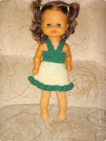 """Летом, как всегда, ездила в родной город к маме. Выяснилось, что они перебирали с сестренкой старые вещи, и нашли много кукольной одежды. Некоторые вещички я вязала еще в школе. Забирать их не стала, конечно, тем более что они нашли своих кукол, но отфотографировала) Это кукла Таня, ее """"нашли в капусте"""" - лялька лялькой. Кукла очень старая, подарена еще моей маме. А платье  наоборот, самое новое в этой группе, я его вязала в старших классах, из остатков розовых ниток. фото 5"""
