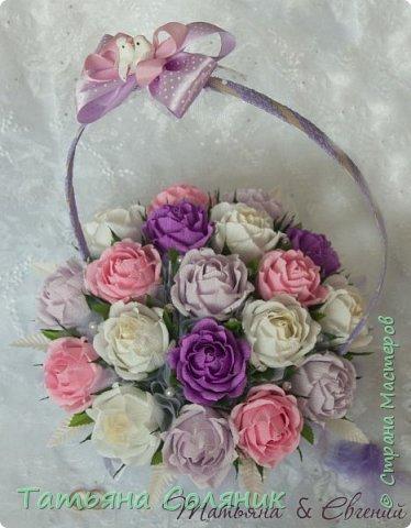У всех идет подготовка к 1 сентября, а у нас свадебный переполох!!!! Заказали цветы в качестве бомбоньерок. И в связи с этим, дома появилась клумба с розами, целых 70 штук.  Нарезая тысячный лепесток, мне даже казалось, что они пахнут!!!))))) Н фото 6