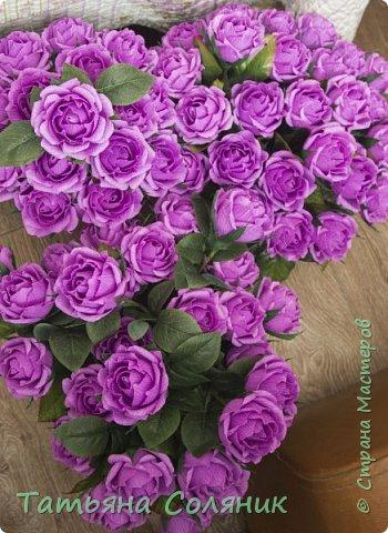 У всех идет подготовка к 1 сентября, а у нас свадебный переполох!!!! Заказали цветы в качестве бомбоньерок. И в связи с этим, дома появилась клумба с розами, целых 70 штук.  Нарезая тысячный лепесток, мне даже казалось, что они пахнут!!!))))) Н фото 4