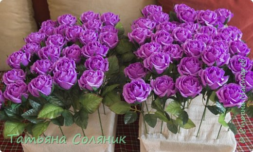 У всех идет подготовка к 1 сентября, а у нас свадебный переполох!!!! Заказали цветы в качестве бомбоньерок. И в связи с этим, дома появилась клумба с розами, целых 70 штук.  Нарезая тысячный лепесток, мне даже казалось, что они пахнут!!!))))) Н фото 5