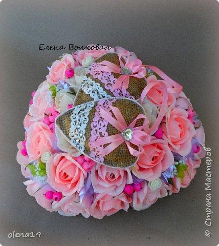 """""""Любовь - это одно на двоих сердце"""" Подарок к свадьбе. Для большого сердца использовано 31 шт конфет """"Трюфель"""" АВК. Две подвески - сердечки из мешковины. фото 5"""