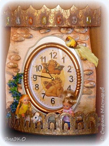 Обычные китайские часы для детской мне показались очень скучными, и я решила их немного оживить.    Башня сделана из потолочной плитки; камешки объёмные, сформированы из шпатлёвки. Всё раскрашено акриловыми красками и украшено камешками марблс.  фото 1