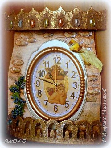Обычные китайские часы для детской мне показались очень скучными, и я решила их немного оживить.    Башня сделана из потолочной плитки; камешки объёмные, сформированы из шпатлёвки. Всё раскрашено акриловыми красками и украшено камешками марблс.  фото 5