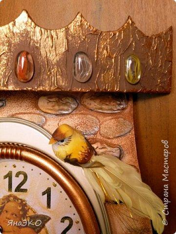 Обычные китайские часы для детской мне показались очень скучными, и я решила их немного оживить.    Башня сделана из потолочной плитки; камешки объёмные, сформированы из шпатлёвки. Всё раскрашено акриловыми красками и украшено камешками марблс.  фото 4