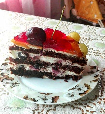Это тортик на день рождение моей доченьки. Внутри шоколад на кипятке и сливочно-творожный мусс с вишней.  фото 2