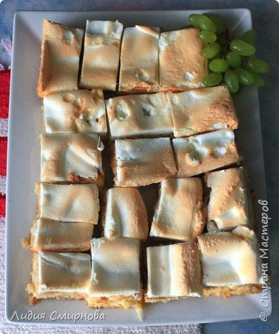 На самом деле здесь главное действующее лицо не пирог, а моя досочка в стиле браширования. Я просто балдею от того, как самобытно, колоритно выглядит выпечка на них)) А пирог прост: стандартный рецепт бисквита (2 яйца+0,75 дл. сахара+1,5 дл муки+чайная ложка разрыхлителя) и бисквит (4 белка+1,5 дл. сахара+1/4 ч.л. лимонной кислоты). И между ними тоооолстый слой яблок. Их в этом году очень много на яблоне уродилось)) фото 3