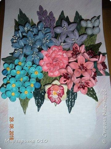 """Измененная композиция. Фон размытые акварельные карандаши. Формат 30 х 20. Бумажные полосы 3 мм. Корзиночка """"прочпокана""""  штемпельной подушечкой. Колокольчики по МК Л. Засадной; орхидея, шишечки, голубые цветочки от А. Бертовой. Огромное спасибо таким великим мастерицам и за их подробный МК. фото 2"""