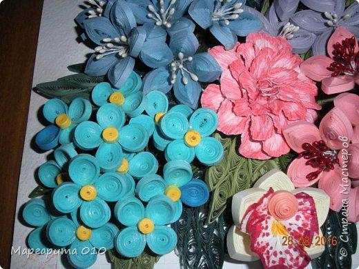 """Измененная композиция. Фон размытые акварельные карандаши. Формат 30 х 20. Бумажные полосы 3 мм. Корзиночка """"прочпокана""""  штемпельной подушечкой. Колокольчики по МК Л. Засадной; орхидея, шишечки, голубые цветочки от А. Бертовой. Огромное спасибо таким великим мастерицам и за их подробный МК. фото 4"""