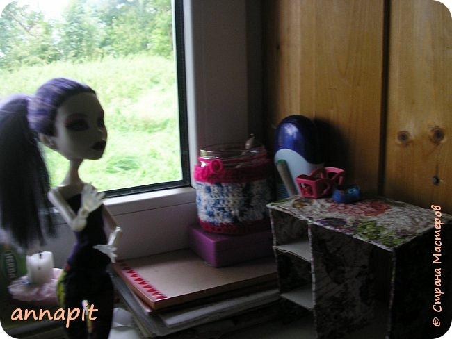 Привет, я Спектра и сегодня пока Ани нету я вас познакомлю с некоторыми кукло-жителями.Аня мне сшила этот домашний комплект. Это я. Биография Имя: Спектра Вондергейст Возраст: 17 лет Учится с Лучшими подругами Сериз и Рози.  фото 2