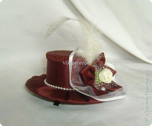 Добрый вечерочек! Хочу показать еще одни мои работки. Это - шляпки-мини и браслет. Шляпками я увлеклась после того, как научилась их делать в качестве декора на бутылочки. Конкретно эти шляпки и браслет я сделала как аксессуары к платьям моих девчонок: старшей шоколадное платье на выпускной из начальной школы, а младшей специально к семейной фотосессии. Платьями похвастаюсь, когда будут готовы профессиональные фото, а пока покажу только шляпки и браслет. фото 4