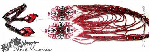 Бисероплетение уникальный вид рукоделия, который не ограничивает творческих людей в создании различных интересных вещиц, картин, украшений. Бисером можно как вышивать, клеить, так и плести. Любой вид применения бисера позволяет развивать свой необычный взгляд на простые вещи. Современный этнический стиль нашел прекрасное воплощение в плетение герданов.  Обычно герданы создаются из ниток на ткацких станках или специально приспособленных дощечках. Такой вид украшения из бисера является поистине шедевром. Для плетения герданов прекрасно подходят схемы для вышивки крестом. К тому же простые и незамысловатые схемы позволяют создавать свои узоры и оригинальные рисунки. фото 7