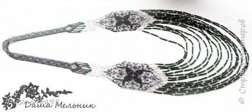 Бисероплетение уникальный вид рукоделия, который не ограничивает творческих людей в создании различных интересных вещиц, картин, украшений. Бисером можно как вышивать, клеить, так и плести. Любой вид применения бисера позволяет развивать свой необычный взгляд на простые вещи. Современный этнический стиль нашел прекрасное воплощение в плетение герданов.  Обычно герданы создаются из ниток на ткацких станках или специально приспособленных дощечках. Такой вид украшения из бисера является поистине шедевром. Для плетения герданов прекрасно подходят схемы для вышивки крестом. К тому же простые и незамысловатые схемы позволяют создавать свои узоры и оригинальные рисунки. фото 8