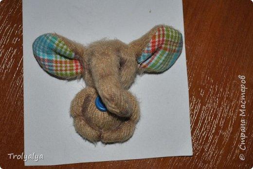 Дочь была на выставке в Москве и насмотрела там брошки-слоники. Купить нам оказалось не по карману, но я сшила ей почти таких же))  фото 1