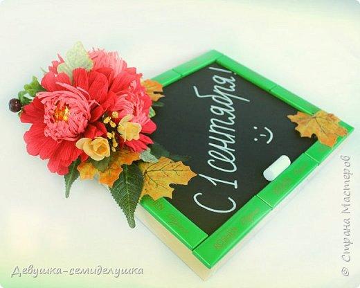 Композиция из конфет, стилизованная под школьную доску — идеальный подарок на 1 сентября тем учителям, которых сложно уже чем-либо удивить! фото 4