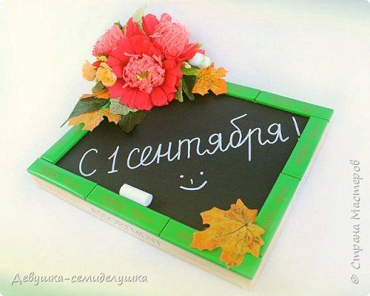 Композиция из конфет, стилизованная под школьную доску — идеальный подарок на 1 сентября тем учителям, которых сложно уже чем-либо удивить! фото 5