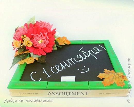 Композиция из конфет, стилизованная под школьную доску — идеальный подарок на 1 сентября тем учителям, которых сложно уже чем-либо удивить! фото 7
