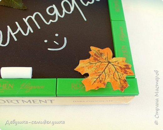 Композиция из конфет, стилизованная под школьную доску — идеальный подарок на 1 сентября тем учителям, которых сложно уже чем-либо удивить! фото 8