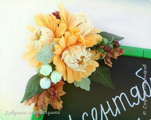 Композиция из конфет, стилизованная под школьную доску — идеальный подарок на 1 сентября тем учителям, которых сложно уже чем-либо удивить! фото 3