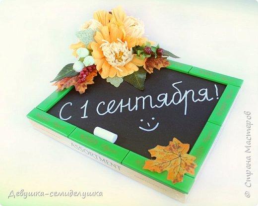Композиция из конфет, стилизованная под школьную доску — идеальный подарок на 1 сентября тем учителям, которых сложно уже чем-либо удивить! фото 2