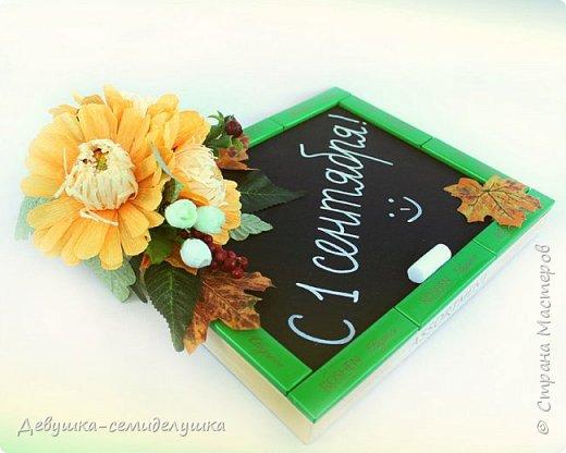 Композиция из конфет, стилизованная под школьную доску — идеальный подарок на 1 сентября тем учителям, которых сложно уже чем-либо удивить! фото 1