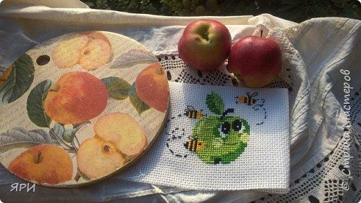 Август - очень знойный, но щедрый на урожай фруктов. Скромный декор досочки и вышитое яблочко на канве Аида-14. фото 1