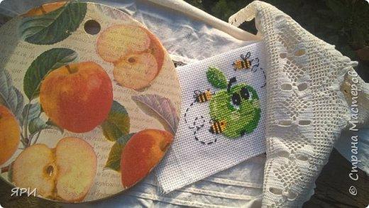 Август - очень знойный, но щедрый на урожай фруктов. Скромный декор досочки и вышитое яблочко на канве Аида-14. фото 2