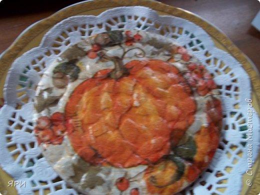 Август - очень знойный, но щедрый на урожай фруктов. Скромный декор досочки и вышитое яблочко на канве Аида-14. фото 8