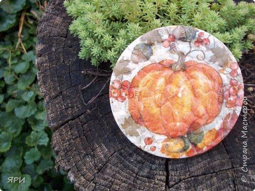 Август - очень знойный, но щедрый на урожай фруктов. Скромный декор досочки и вышитое яблочко на канве Аида-14. фото 9