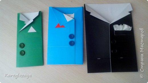 Сначала сложили картон. Потом приклеили лист белой бумаги и провели биговкой по линии сгиба, чтобы аккуратно сложить. Потом пуговки на момент. Украшение на свой вкус. фото 1