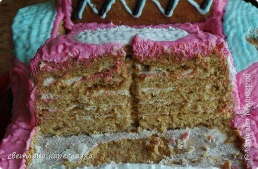 Это тортик на день рождение моей доченьки. Внутри шоколад на кипятке и сливочно-творожный мусс с вишней.  фото 4