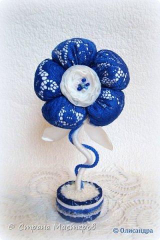 """Предыдущие цветочки , деревья, топиарии... https://stranamasterov.ru/node/151489?t=292 ********************************************* Добрый день, дорогие друзья! В последнее время питаю особую любовь к синему цвету, поэтому создавая очередную игольницу-цветок, выбрала сочетание синего кружева с белым капроном и атласом. Название родилось само собой... """"Синецветик"""".  фото 4"""