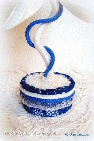 """Предыдущие цветочки , деревья, топиарии... http://stranamasterov.ru/node/151489?t=292 ********************************************* Добрый день, дорогие друзья! В последнее время питаю особую любовь к синему цвету, поэтому создавая очередную игольницу-цветок, выбрала сочетание синего кружева с белым капроном и атласом. Название родилось само собой... """"Синецветик"""".  фото 3"""