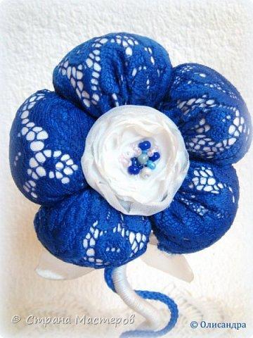 """Предыдущие цветочки , деревья, топиарии... http://stranamasterov.ru/node/151489?t=292 ********************************************* Добрый день, дорогие друзья! В последнее время питаю особую любовь к синему цвету, поэтому создавая очередную игольницу-цветок, выбрала сочетание синего кружева с белым капроном и атласом. Название родилось само собой... """"Синецветик"""".  фото 2"""